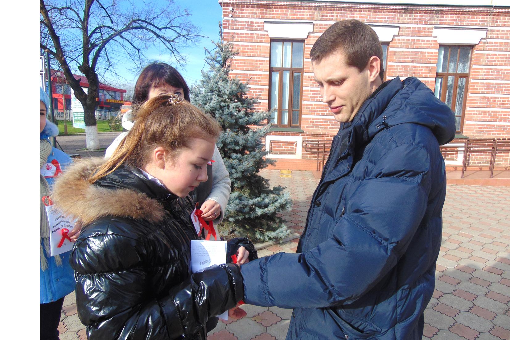 В станице Холмской волонтеры раздавали прохожим буклеты и красные ленточки