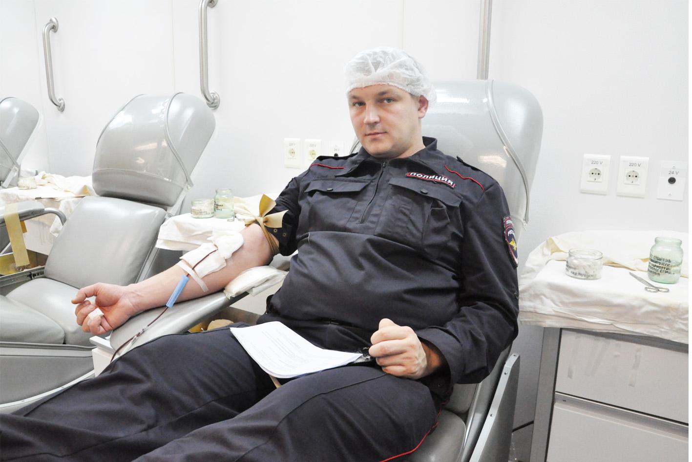 Абинские полицейские сдали кровь на мобильной станции переливания