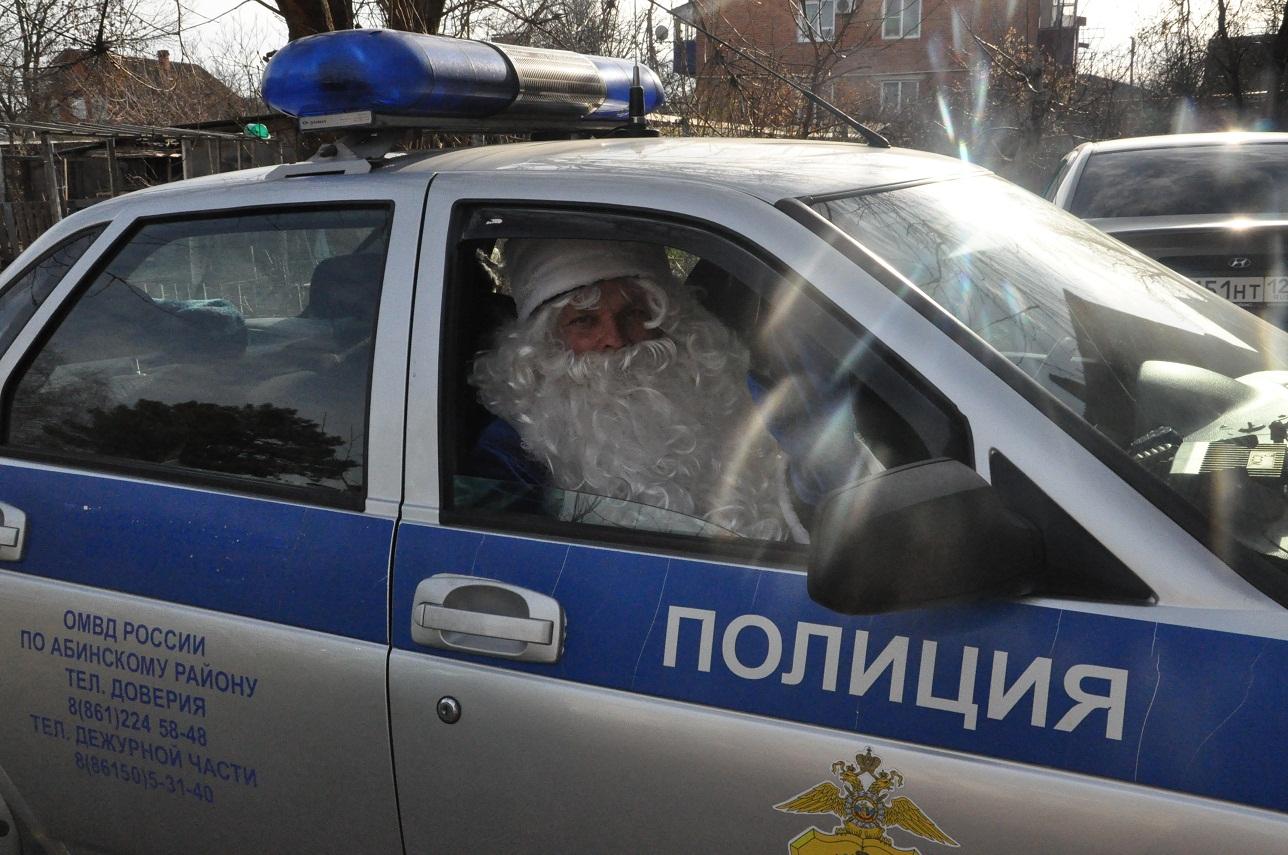 Полицейский Дед Мороз навестил в больнице маленьких пациентов