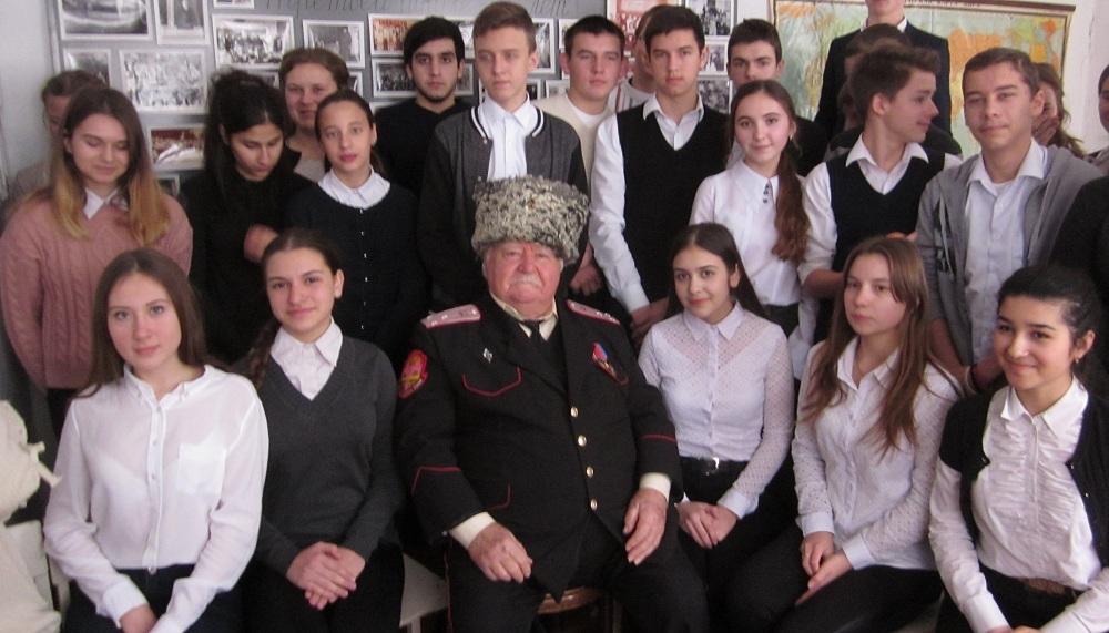 Абинские школьники встретились с ветераном Вооруженных сил СССР и РФ