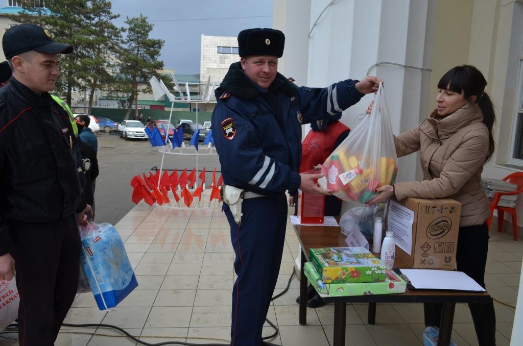 Абинские полицейские приняли участие в сборе вещей для детей из малообеспеченных семей
