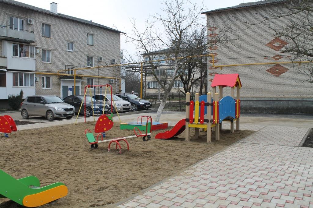 В поселке Ахтырском благоустраиваются дворы многоквартирных домов