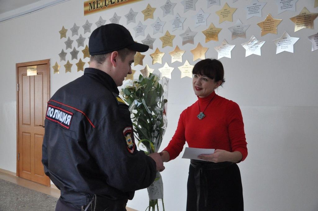 Сотрудники полиции поздравили женщин с праздником весны