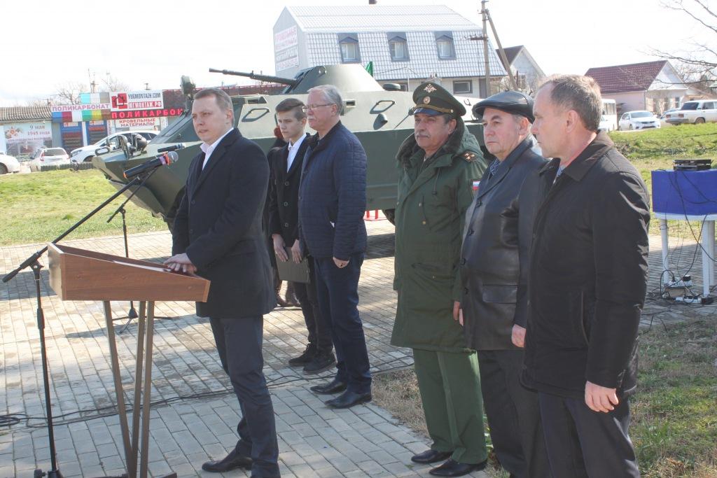 В Абинске в парке 30-летия Победы состоялось торжественное открытие памятника военной техники БРДМ-2