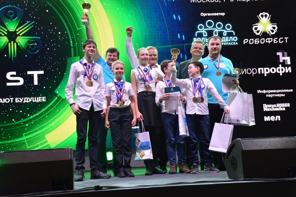Почта России наградила школьников, создавших лучших почтовых роботов