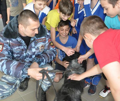 В Абинске полицейские приняли участие в субботнике в детском саду