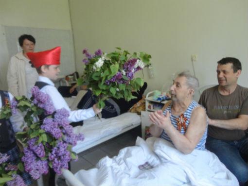 Абинские школьники поздравили ветеранов