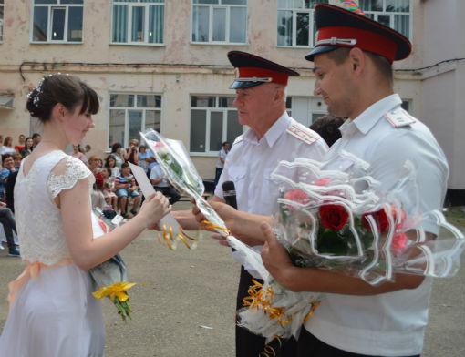 Атаманы вручили напутствия казачатам – выпускникам школ