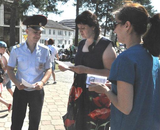 В Абинске полицейские и общественники провели профилактическую акцию «Осторожно, мошенники!»