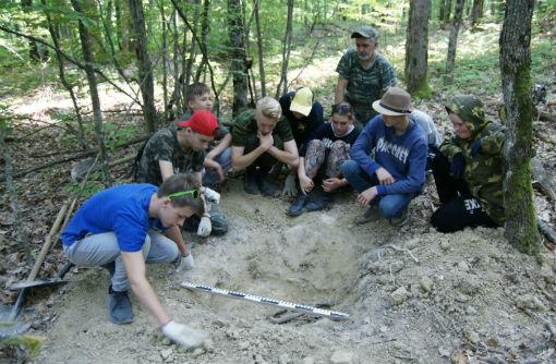 Юные археологи из Абинска подняли останки трех советских бойцов