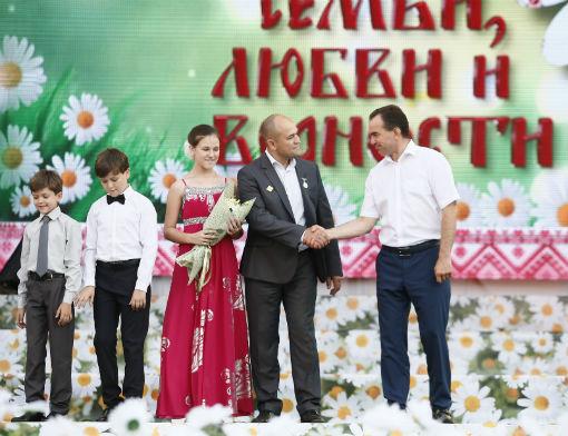 Губернатор наградил многодетную семью из станицы Холмской