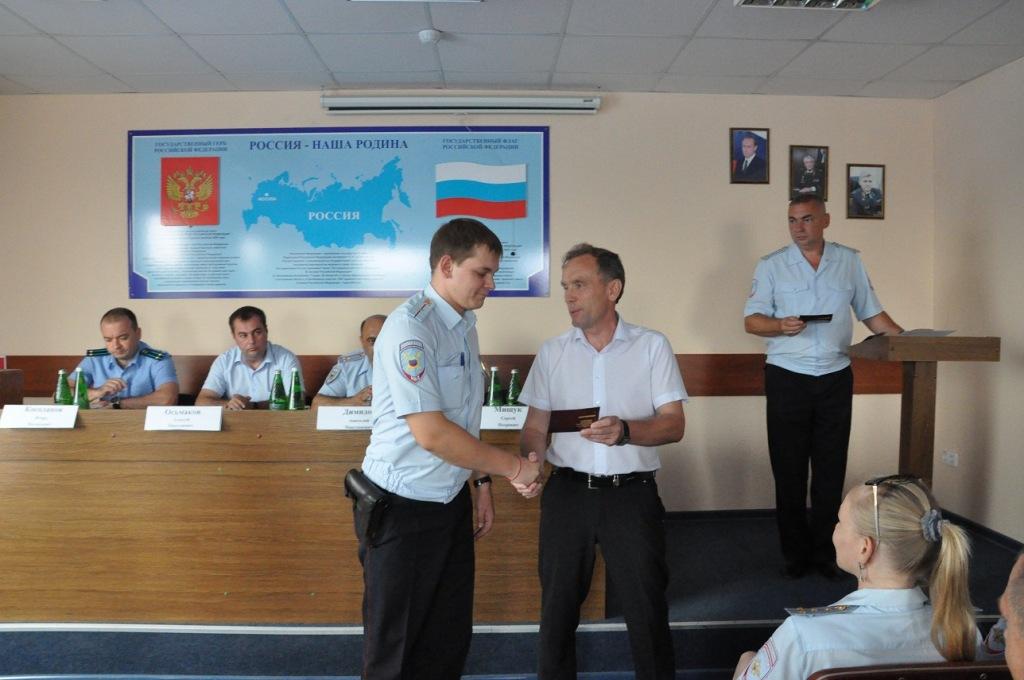 Абинским полицейским вручили знаки ГТО
