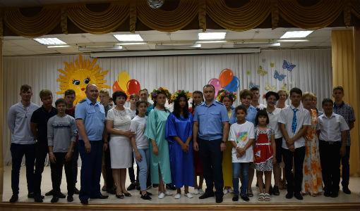 Выпускников Ахтырского детского дома поздравили представители прокуратуры Абинского района