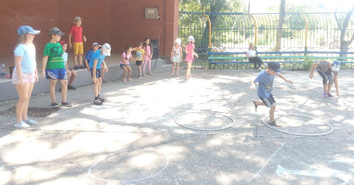 Работники Ахтырского КДЦ провели для детей час веселых затей