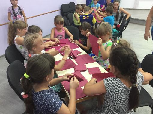 Ахтырские школьники научились делать цветы из салфеток
