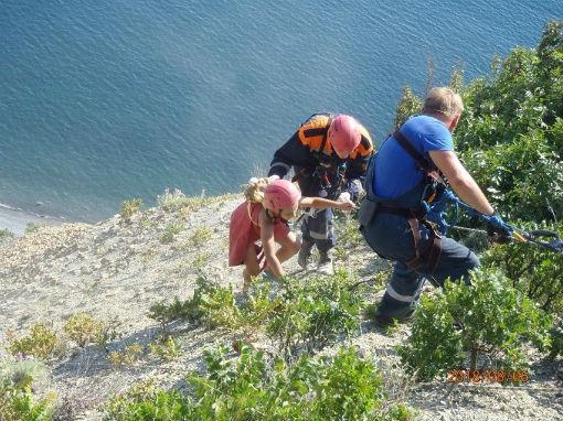 Спасатели эвакуировали со склона горы в Анапе семью