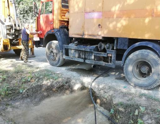 В Абинском городском поселении ведутся работы по прочистке труб для стока ливневых вод