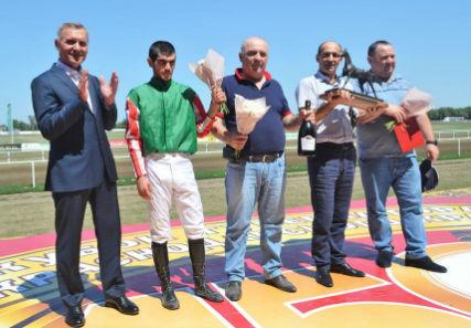 Вице-спикер кубанского парламента наградил победителя скачек на приз ЗСК
