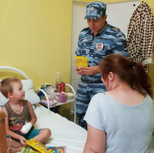 В Абинске сотрудники патрульно-постовой службы полиции посетили детей в больнице