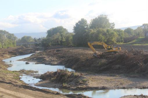 Ведутся работы по очистке русла и укреплению берега реки Абин