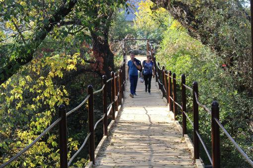 В поселке Ахтырском отремонтировали пешеходный мост