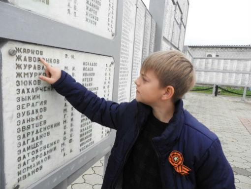 Школьники прошли по улицам с именами героев в станице Холмской