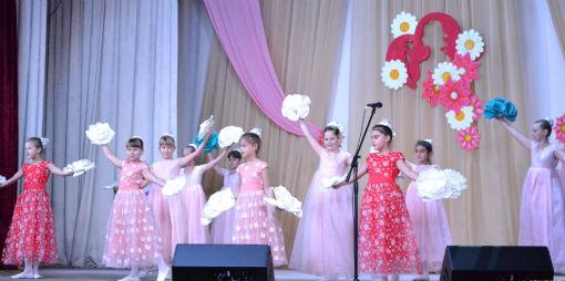 В Абинском КДЦ прошла концертная программа, посвященная Дню матери