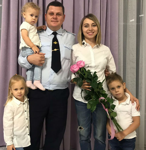 Сотрудники госавтоинспекции поздравили своих мам и жен с Днем матери