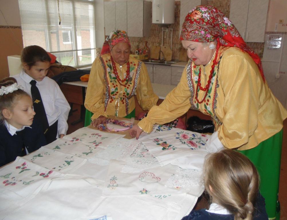 Участницы фольклорного коллектива поделились секретами рукоделия с холмскими школьницами