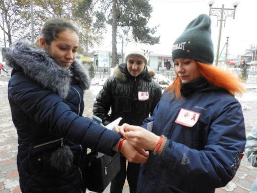 В станице Холмской поддержали всемирную акцию «Красная лента СПИДа»