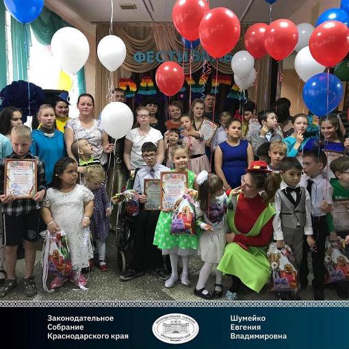 В поселке Ахтырском прошёл фестиваль творчества «Радуга»