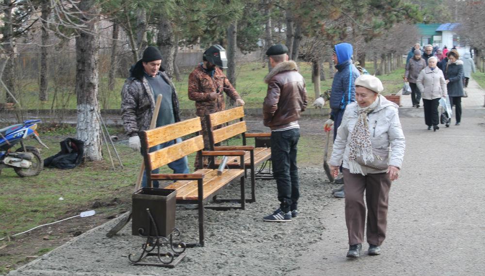 В городе Абинске установили скамейки