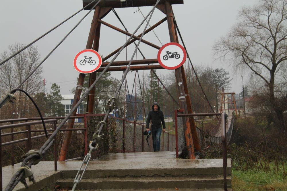 На подвесном мосту в Абинске установили дорожные знаки