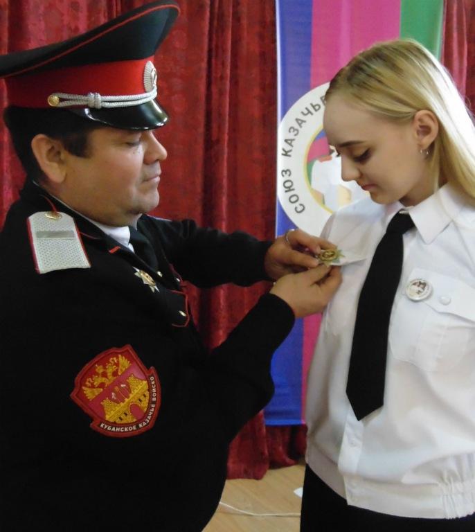 Нагрудные знаки «Казак России» вручили холмским школьникам