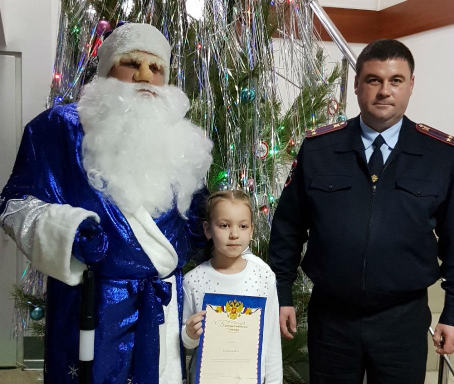 Абинские полицейские и общественники поздравили детей с Новым годом