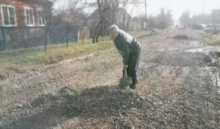 В поселке Ахтырском продолжается работа по благоустройству