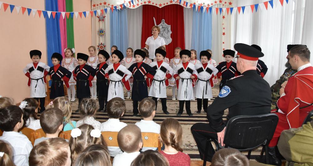 Дети встретили казаков подарками, сделанными своими руками