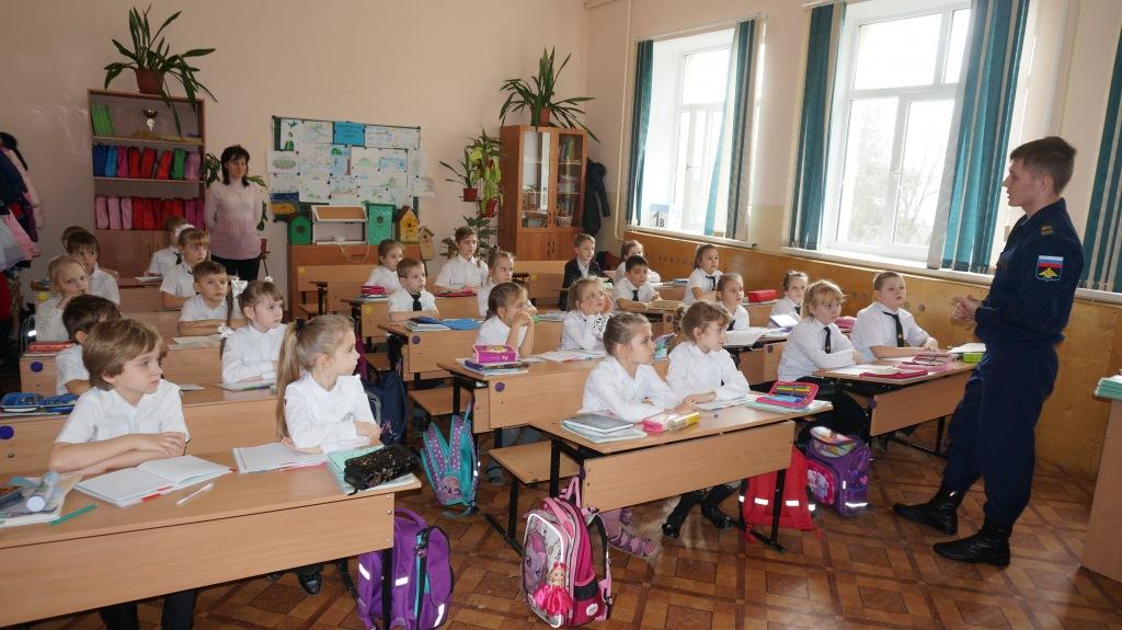 В гостях у школьников курсант Таганрогского летного училища