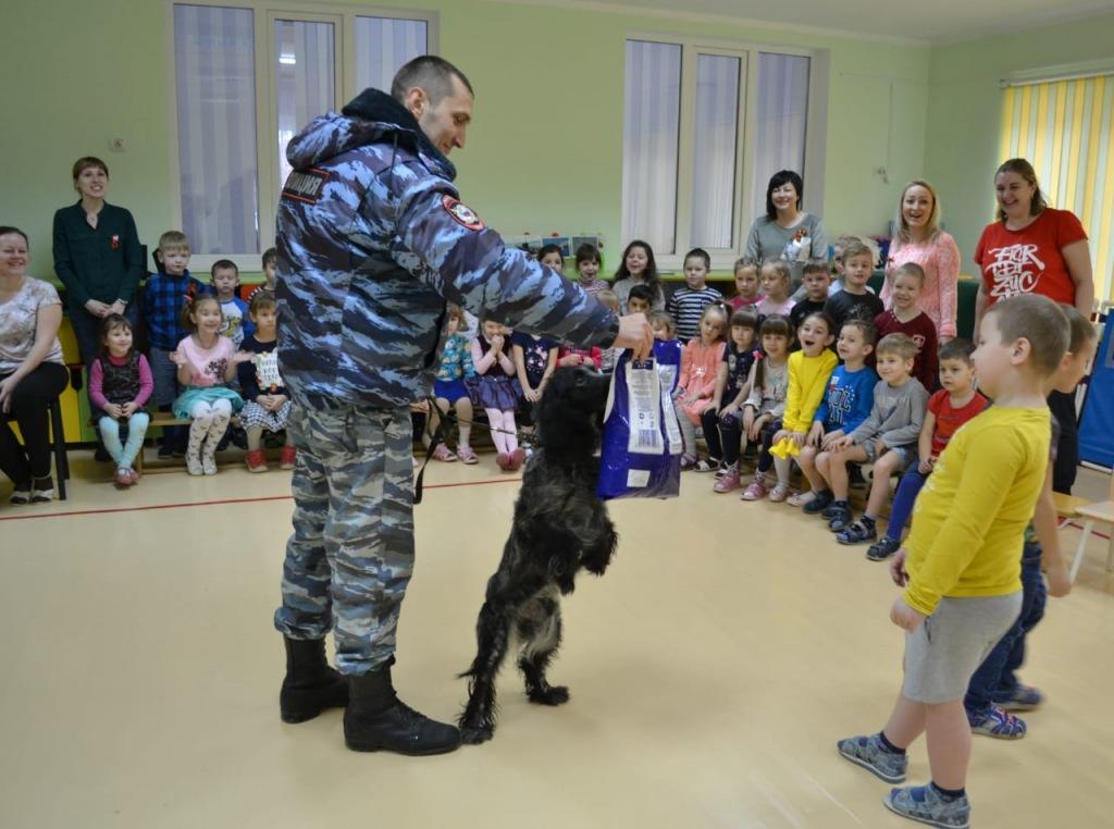 В Абинске кинологи со своими служебными собаками провели урок мужества для школьников и воспитанников детского сада