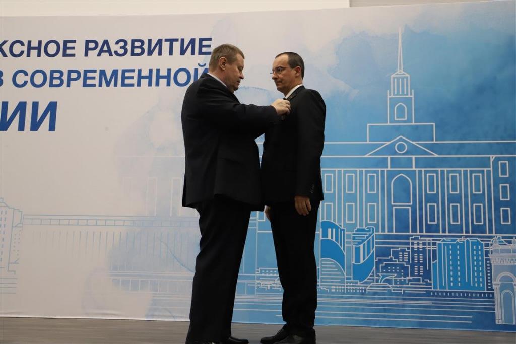 Полпред Президента в ЮФО вручил спикеру ЗСК государственную награду