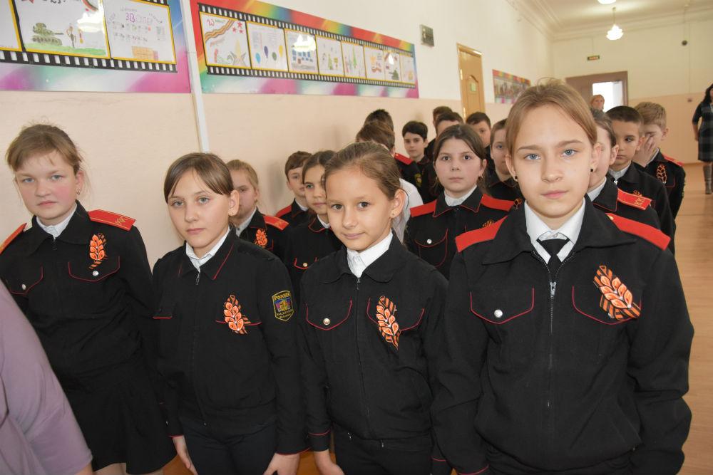 В абинской школе №3 прошёл атаманский час «Реликвии Кубанского казачьего войска»