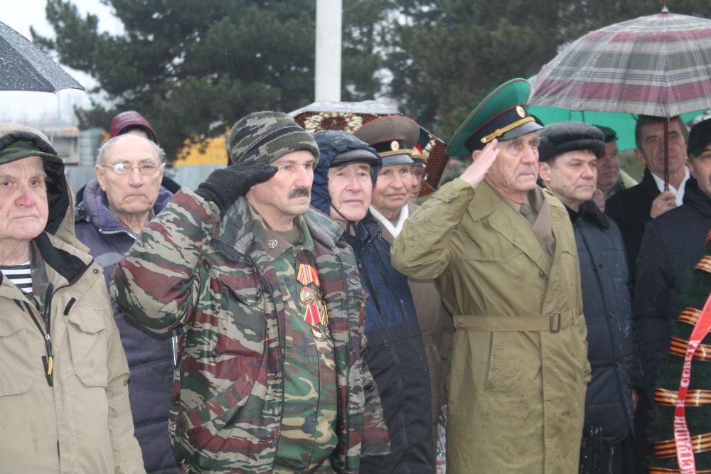 К Вечному огню в Абинске пришли ветераны, офицеры запаса, казаки, представители общественных организаций, школьники, жители и гости города