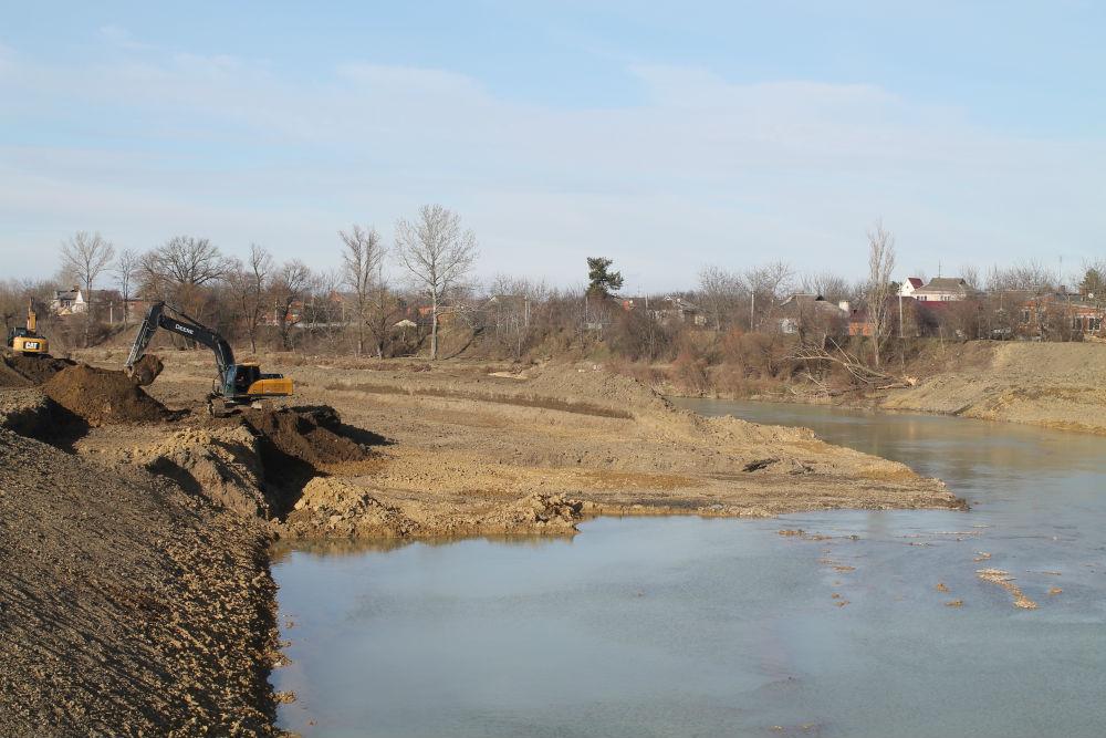 В Абинске продолжается очистка русла реки Абин и укрепление ее береговой части
