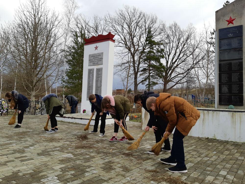 Казачата провели субботник в хуторе Эриванском у мемориала воинам, погибшим в годы Великой Отечественной войны
