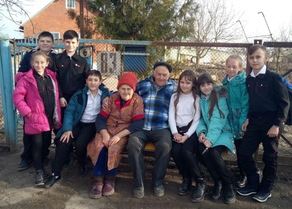 Пятиклассники мингрельской школы навестили семью ветеранов труда