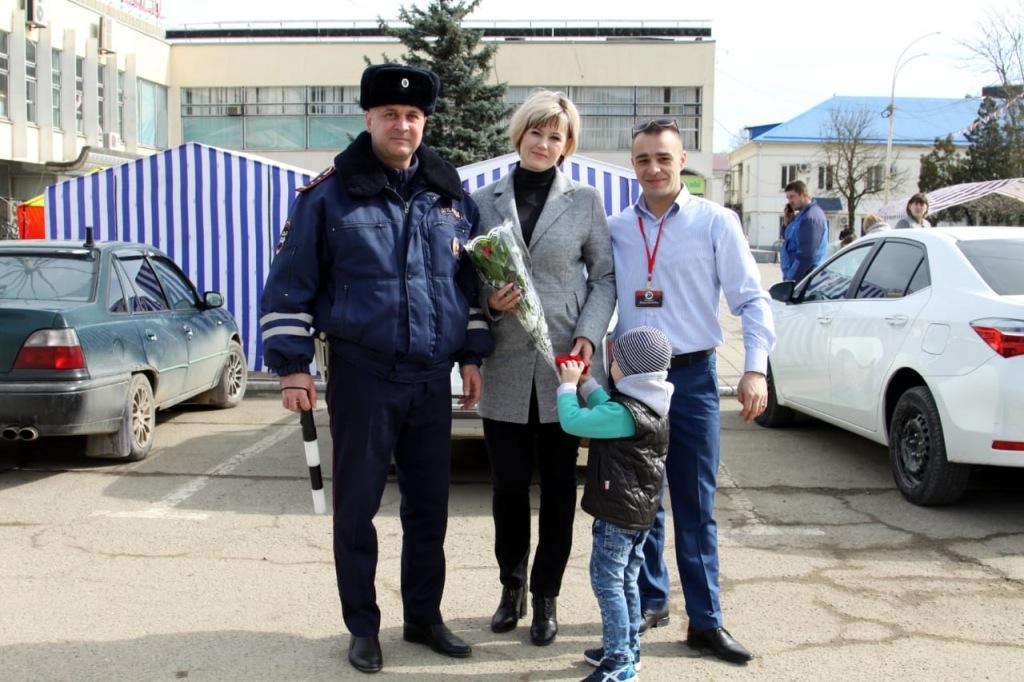 Полицейские Абинского района поздравили женщин с праздником