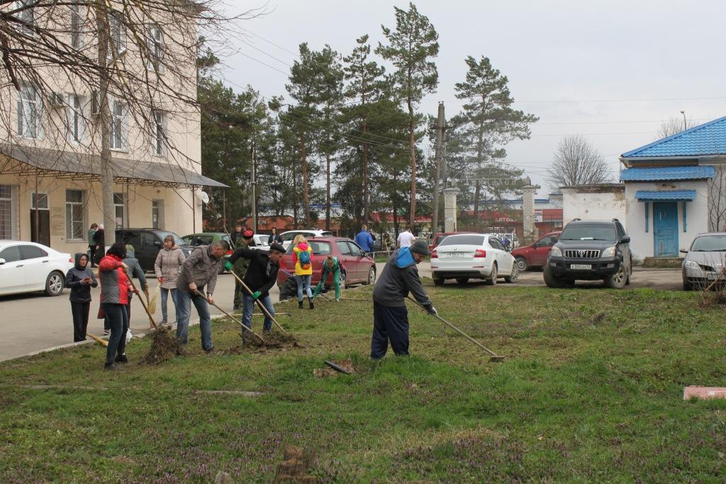 Первые погожие дни весны призвали жителей Абинского района взяться за метлы и грабли