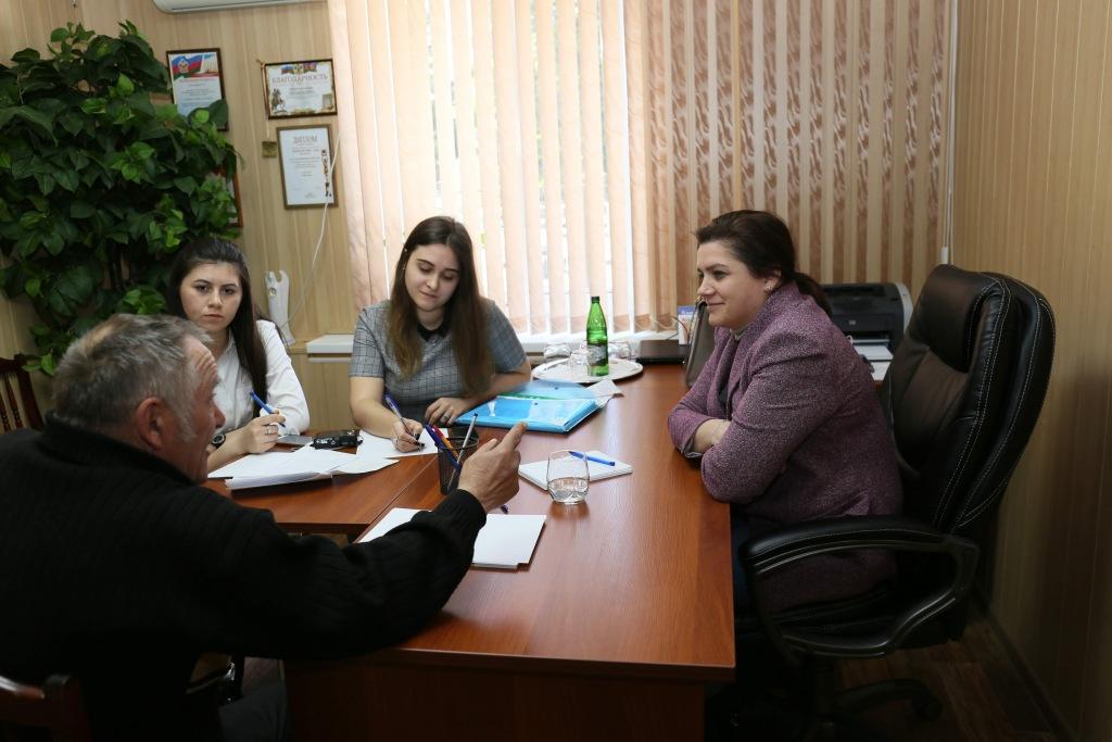 Депутат и студенты продолжают бесплатные юрконсультации для подписчиков районок
