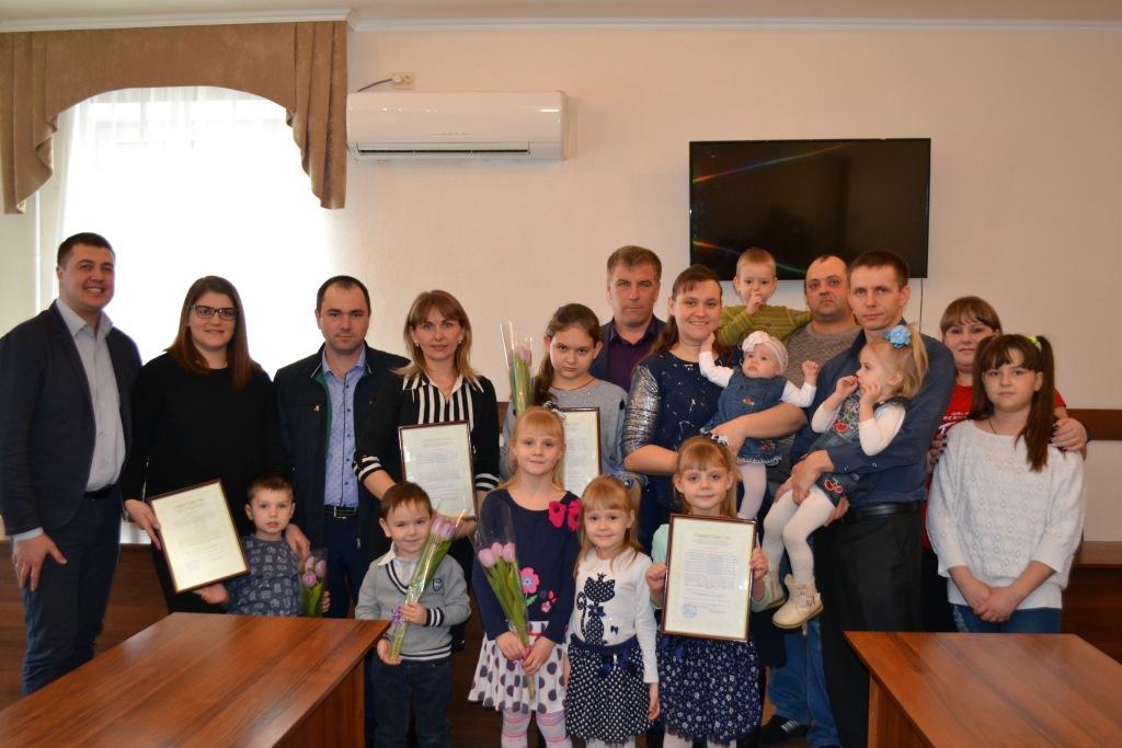 Молодые семьи из Абинска получили жилищные сертификаты