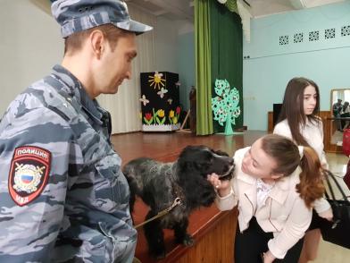 В Абинске полицейские и общественники участвовали во всероссийской акции «Дети России»